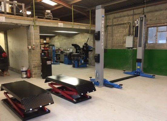 The perfect lifting solutions - a combo of the RB3000 Scissor Lift & Hofmann megalift 4000-3 two post lift.